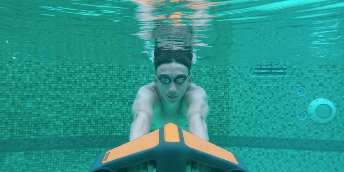 Nada como Aquaman con Trident, un scooter acuático