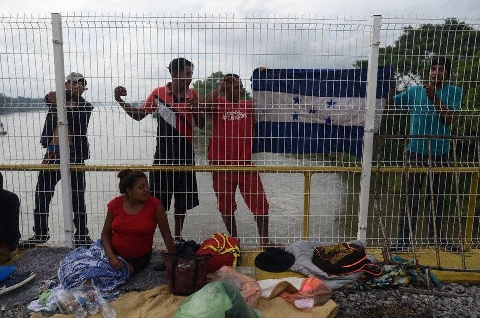 Decenas de hondureños esperan en la frontera entre México y Guatemala para obtener el permiso para seguir con su travesía.