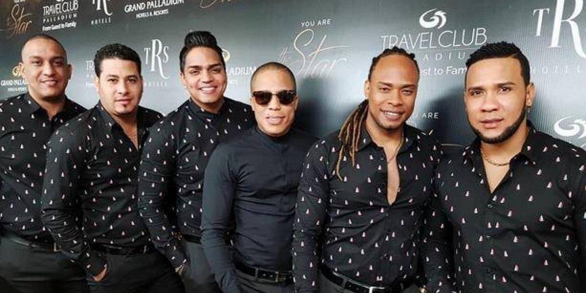 "Chiquito Team Band premiado con disco de oro por tema ""Lejos de ti"""