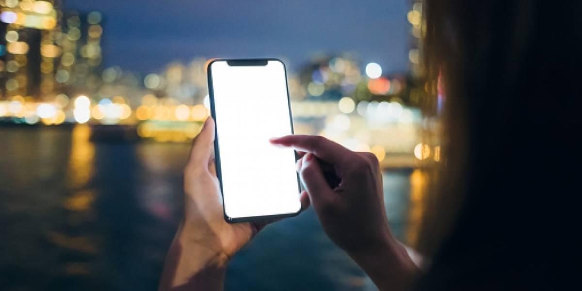 Usa el teléfono móvil sin parar y se le paralizan los dedos