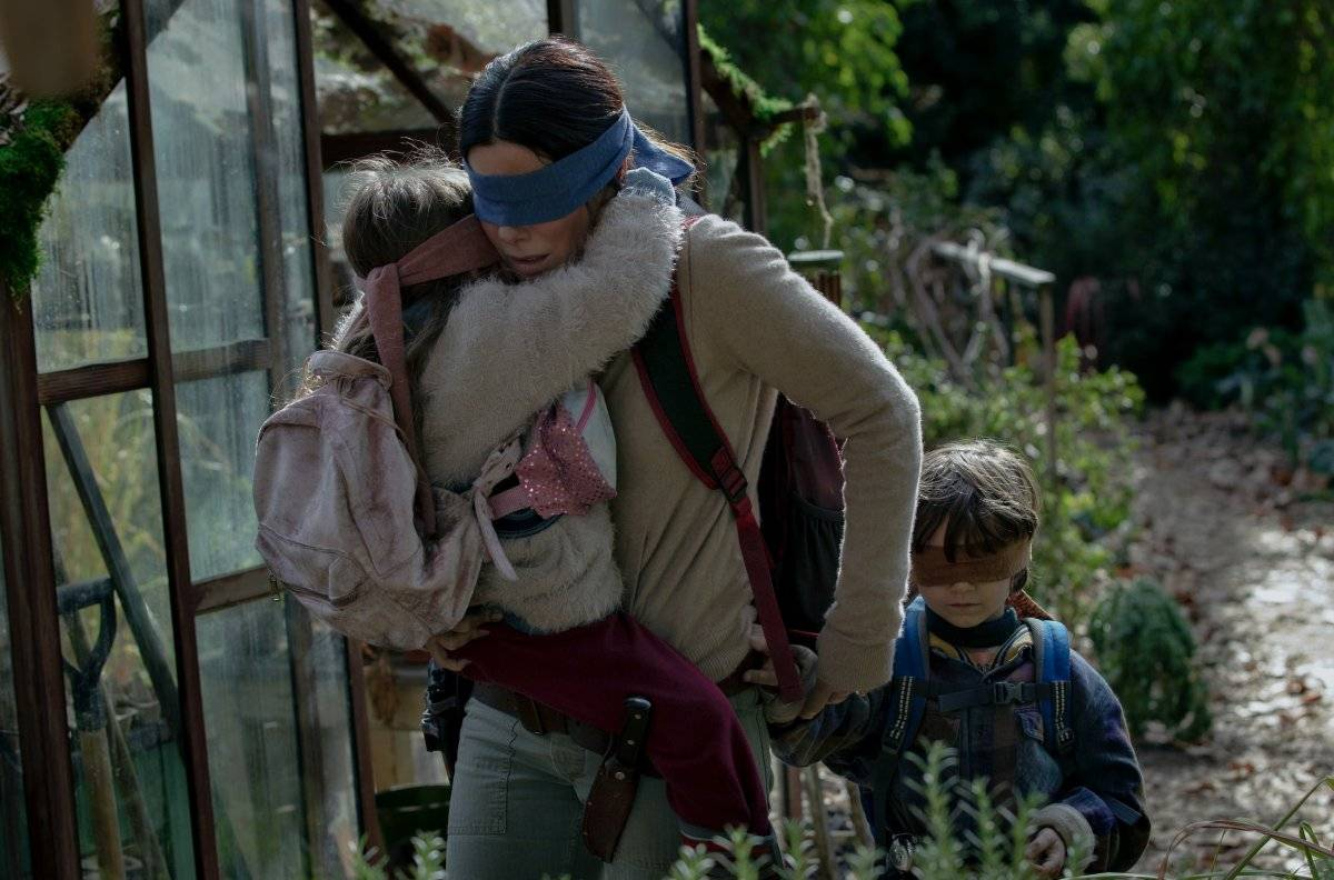 Pasaron cinco años desde la ola de suicidios que arrasó el planeta. Ahora, ella y sus dos hijos atraviesan un abismo ciego con un solo objetivo: encontrar refugio. Netflix