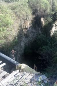 Rescatan a perro que cayó en una quebrada en el valle de los Chillos