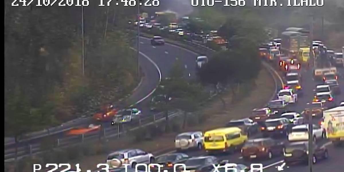 Quito: Tráfico pesado sobre la avenida Simón Bolívar por incendio vehicular