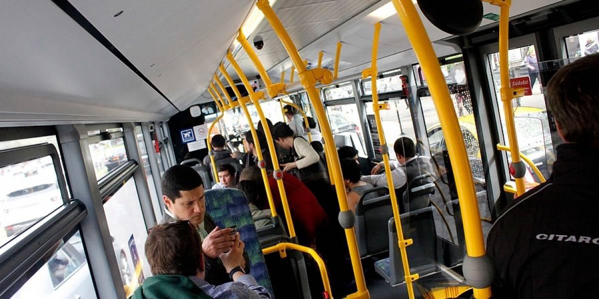 ¿Quién tiene más derecho?: experto en etiqueta desata polémica al señalar que niños deben ceder el asiento a los adultos en el transporte público
