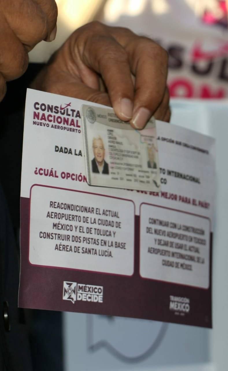 AMLO en votación de consulta del NAIM Foto: Cortesía