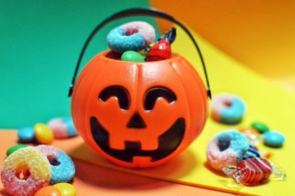 ¿Por qué se regala dulces a los niños en Halloween?