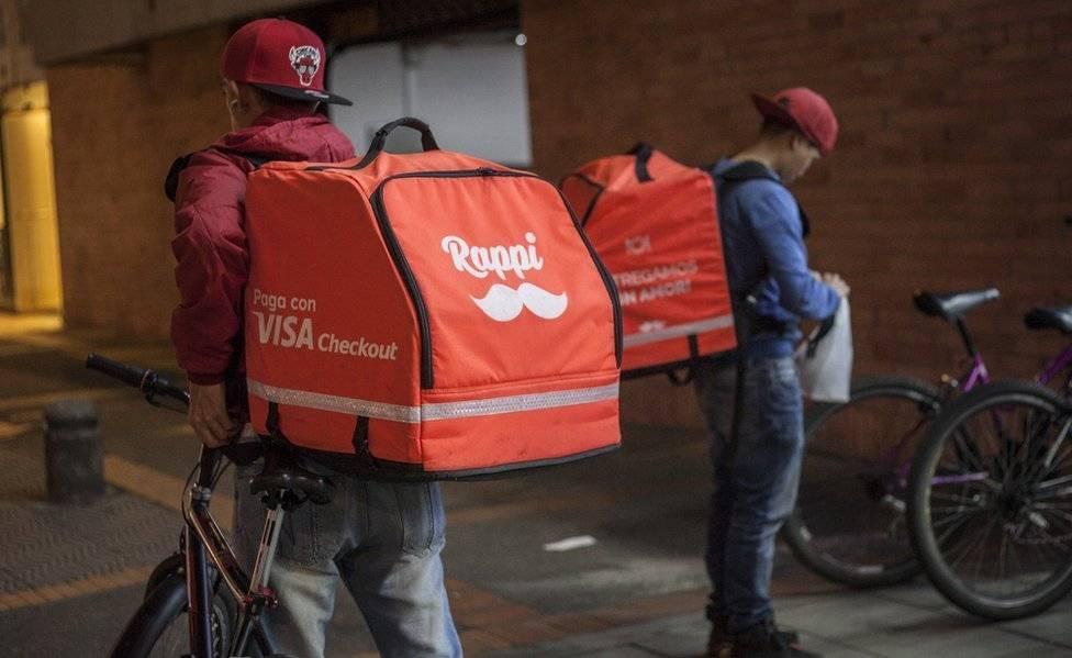 Resultado de imagen para Repartidores de Rappi queman mochilas frente a sede de la empresa en Bogotá