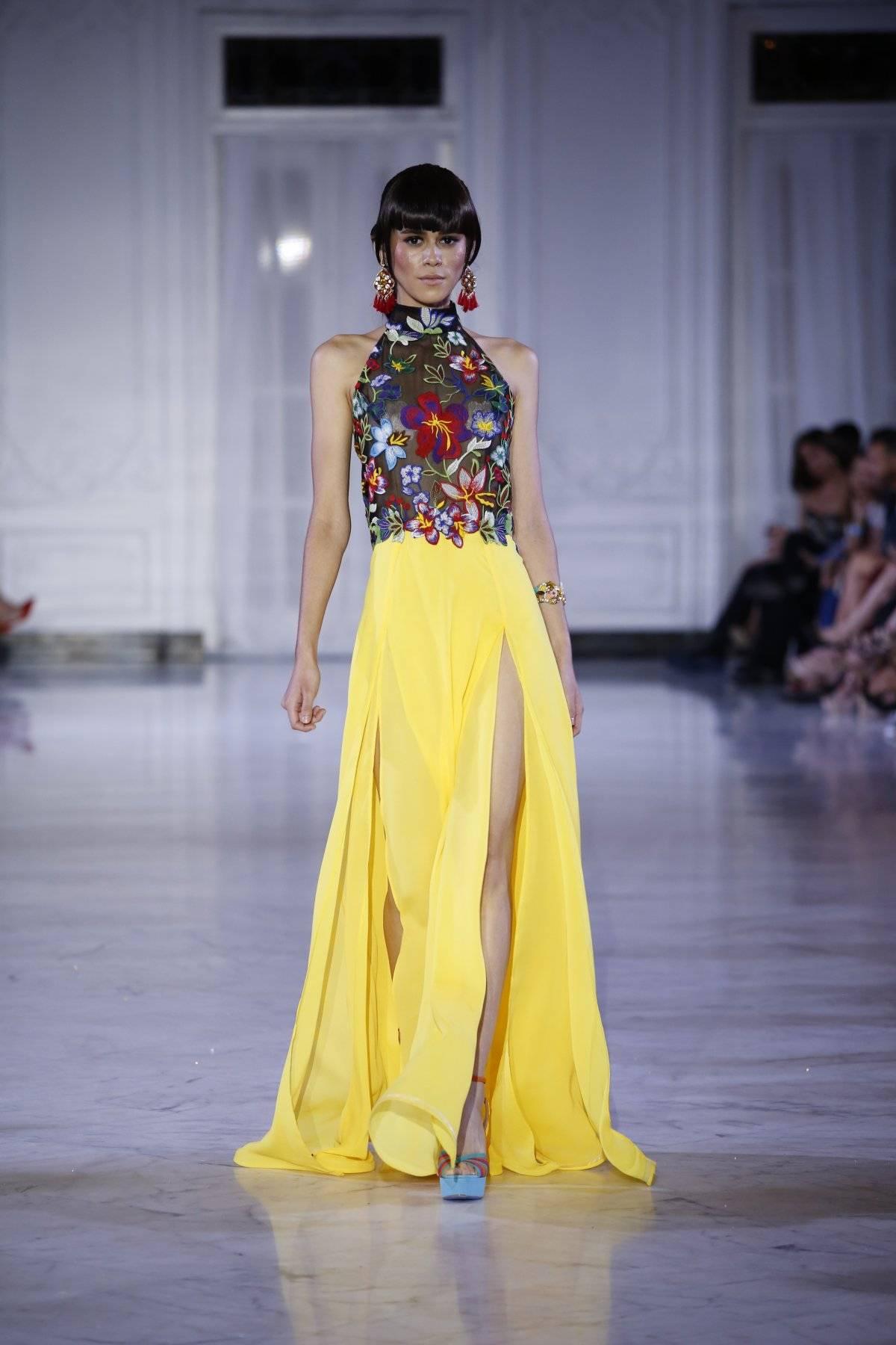 Vestido en tul estampado en flores con falda abierta en georgette amarillo / Foto: SanJuan Moda-Jessica Cristina