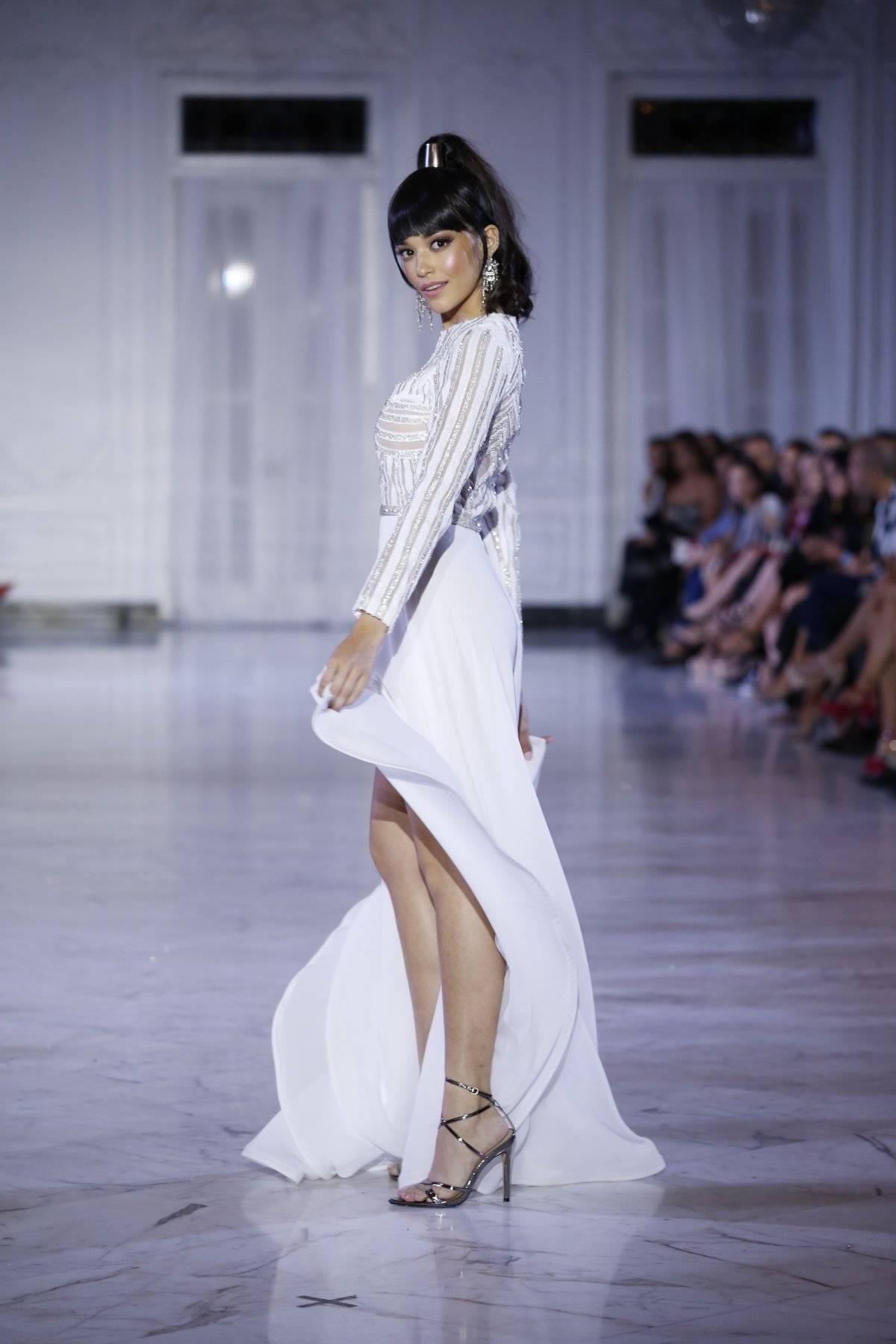 Vestido en tul asimétrico con bordado en franjas y falda abierta en georgette / Foto: SanJuan Moda-Jessica Cristina
