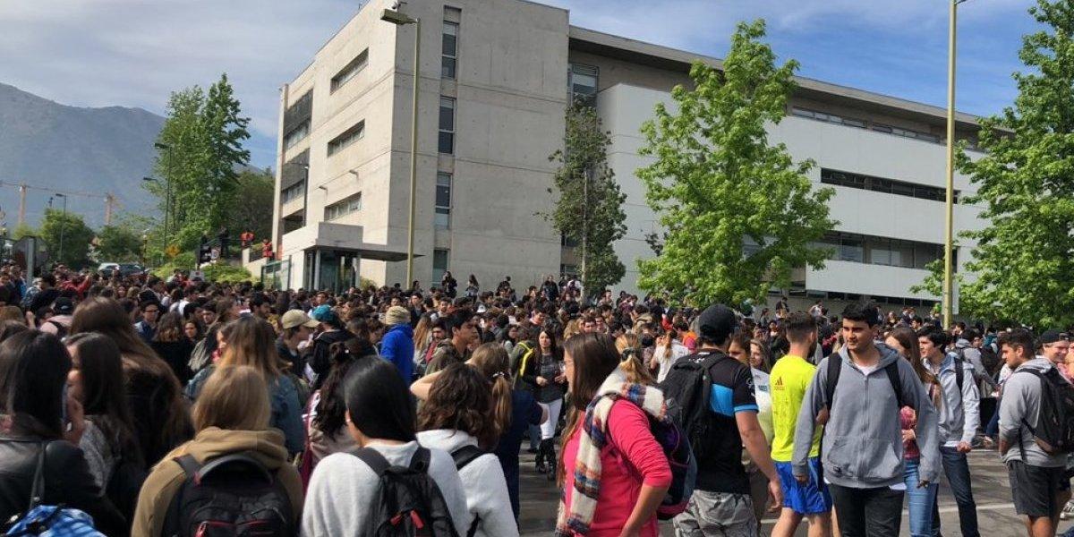 Avisos de bomba provocan masivas evacuaciones en la Universidad del Desarrollo y en Duoc UC