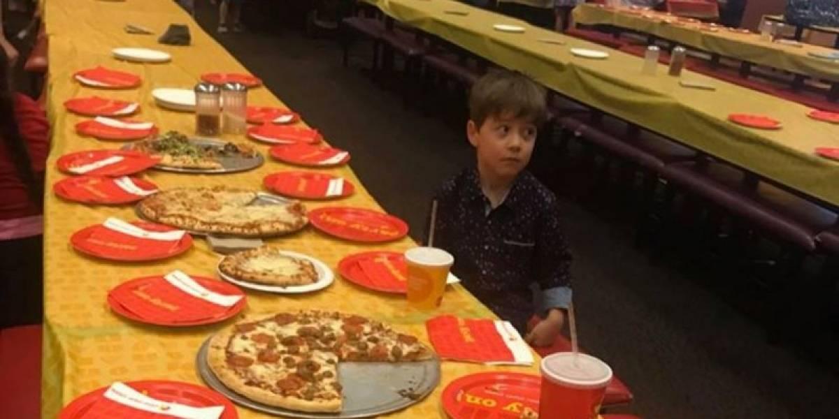 La verdad detrás de la foto del niño que tuvo que celebrar su cumpleaños solo