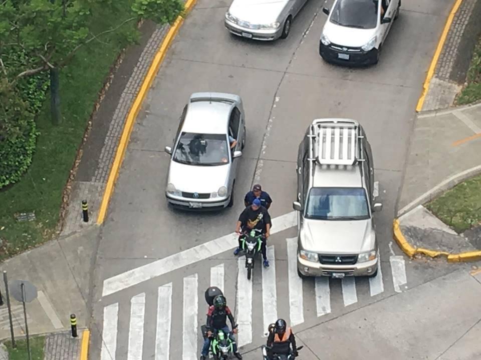 Motoristas conducen entre automóviles. Foto: Jerson Ramos