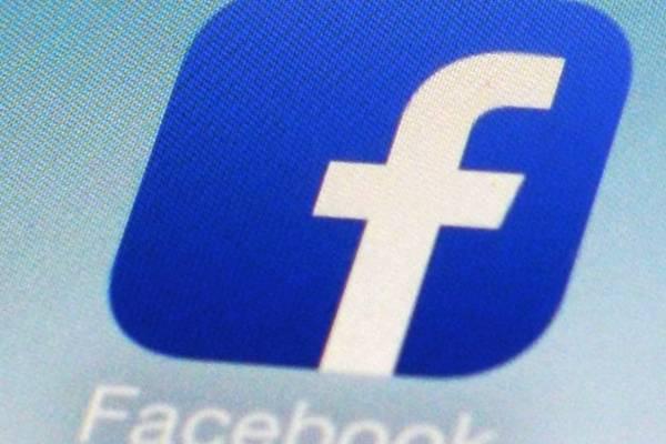 El ícono de Facebook en un teléfono celular, en una foto tomada en Nueva York el 19 de febrero del 2014.