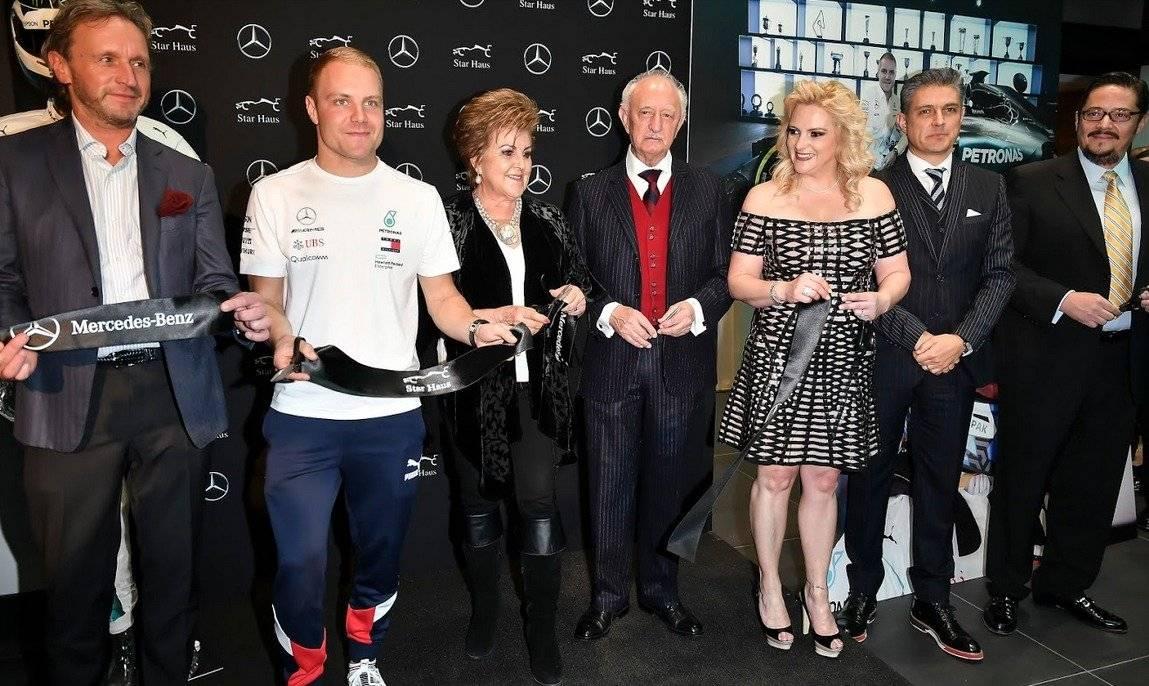 El piloto de F1 de Mercedes Benz cortó el listón inaugural, saludó a sus fans, firmó un cofre de la familia Mena así como un retrato de la escudería|JDS