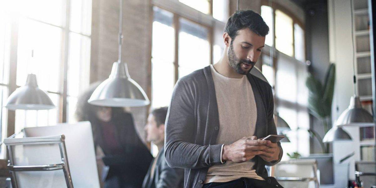 A la oficina en polera y zapatillas: Cómo el ir cómodo al trabajo fomenta el compromiso con la empresa