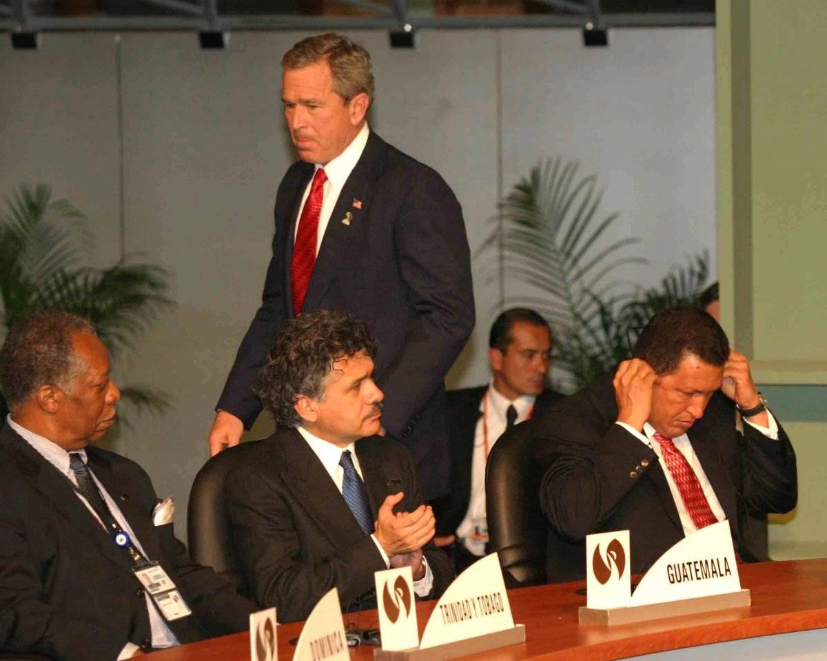 """¡Mr. Danger! Dos años antes del discurso ante la ONU en que Chávez dijo """"El diablo estuvo aquí ayer, ¡todavía huele a azufre!"""" en referencia a George W. Bush, ambos coincidieron en Monterrey, Nuevo León, en enero de 2004. Foto: Cuartoscuro"""
