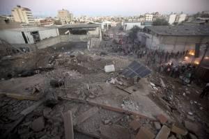 Palestinos revisan uno de los edificios destruidos por los ataques aéreos israelíes en la ciudad de Gaza, el sábado 27 de octubre de 2018.