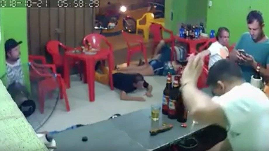 Atracan un bar en Brasil y un cliente no se da cuenta por estar mirando el celular
