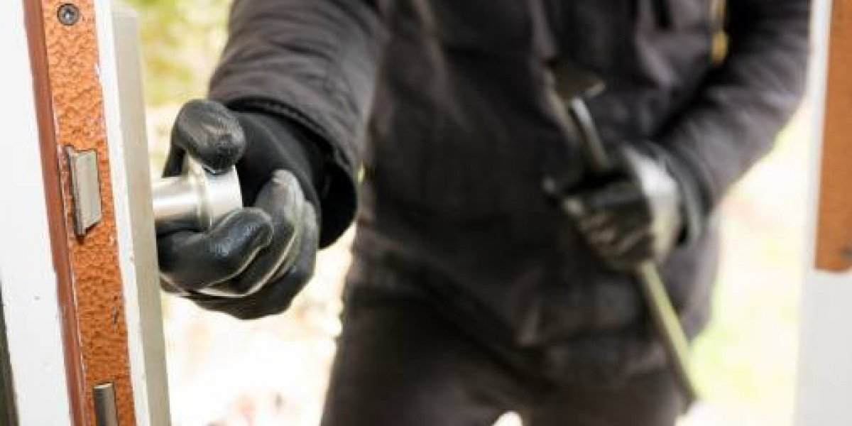 Cámaras de seguridad captan como roban a una pareja en Riobamba