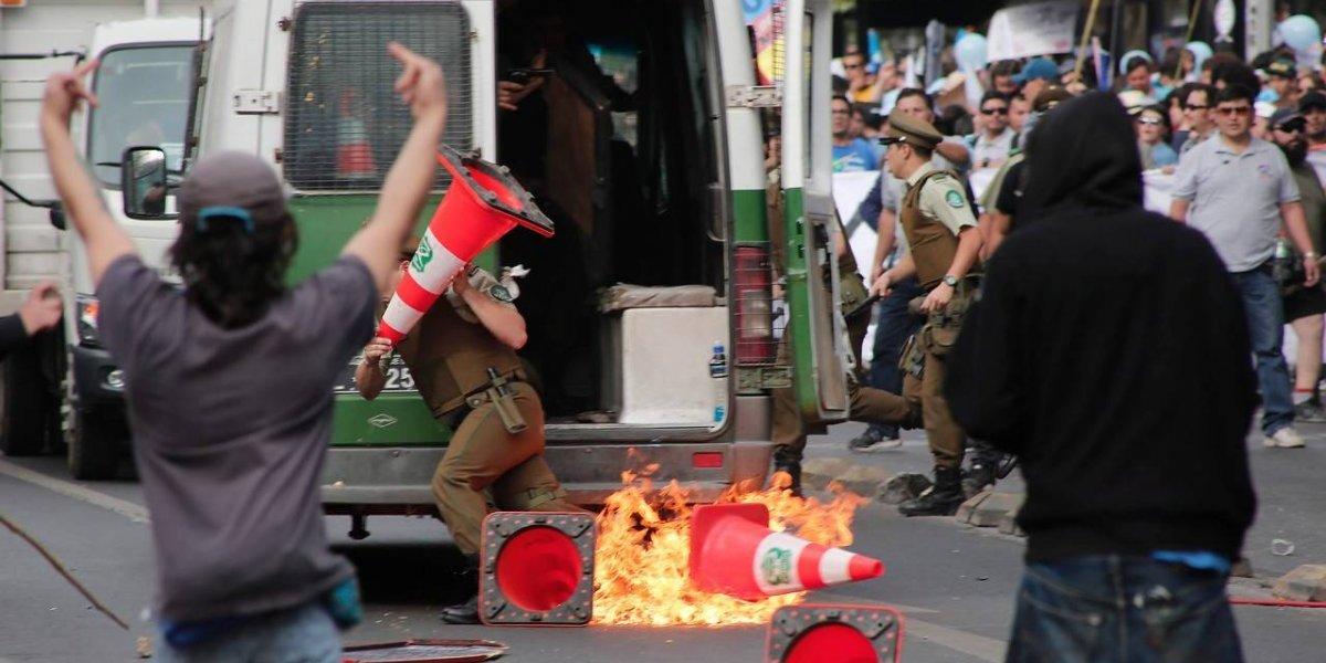 """Bombas molotov, ataques a Carabineros y al menos 19 detenidos: los desmanes registrados en la """"Marcha por Jesús"""" en Santiago"""