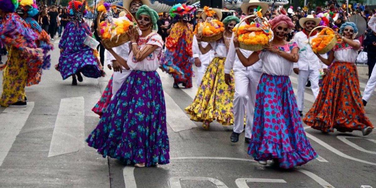 Desfile de Día de Muertos rinde tributo a la migración