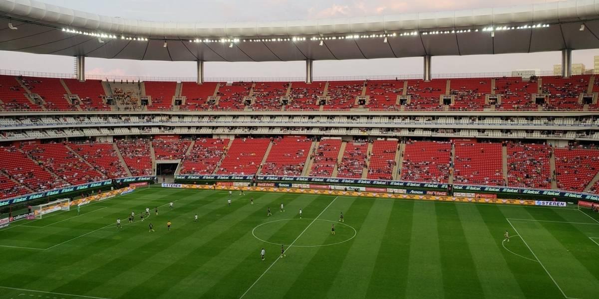 Aficionados abandonan a Chivas en el Estadio Akron