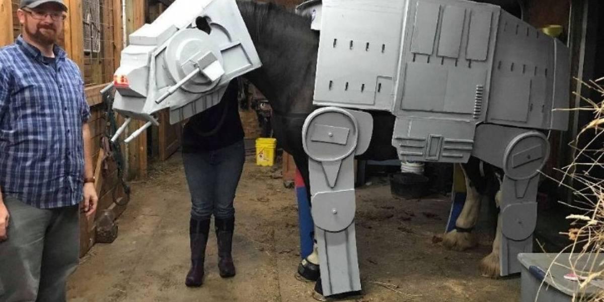 Este caballo disfrazado de AT-AT de Star Wars se robará la película en Halloween