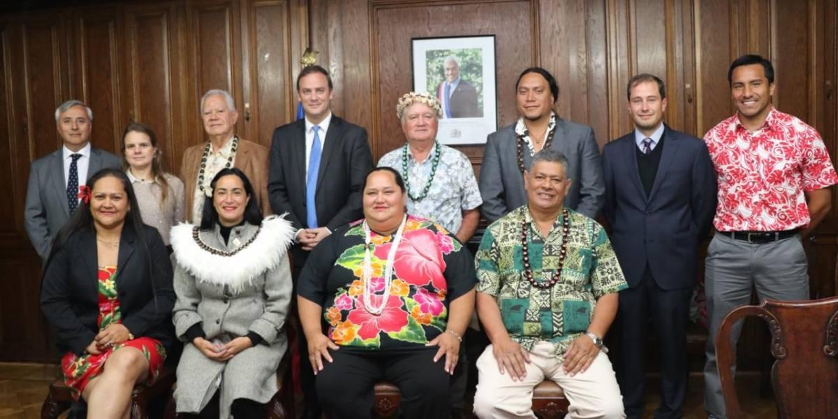 """Ministro encabezará """"expedición"""" que busca rescatar moai que se llevaron marinos británicos hace 150 años"""