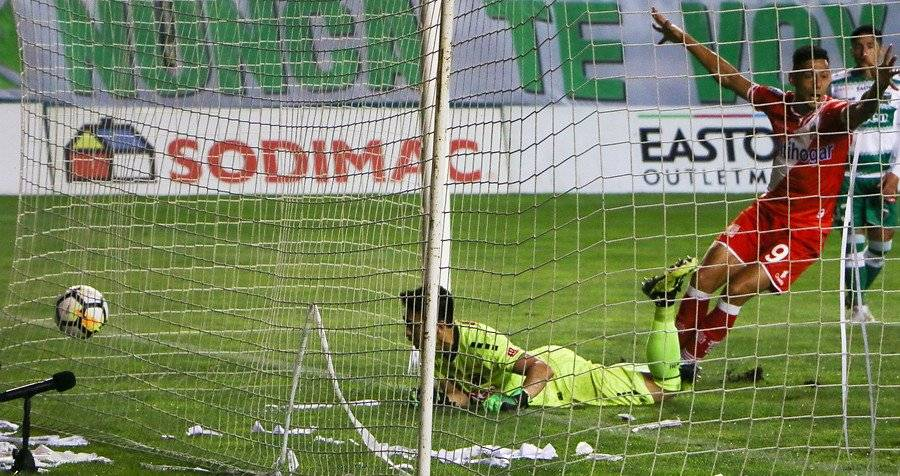 El arquero José Luis Gamonal vivió un ingrato partido en la derrota 2-1 de Temuco ante Curicó / Foto: Agencia UNO