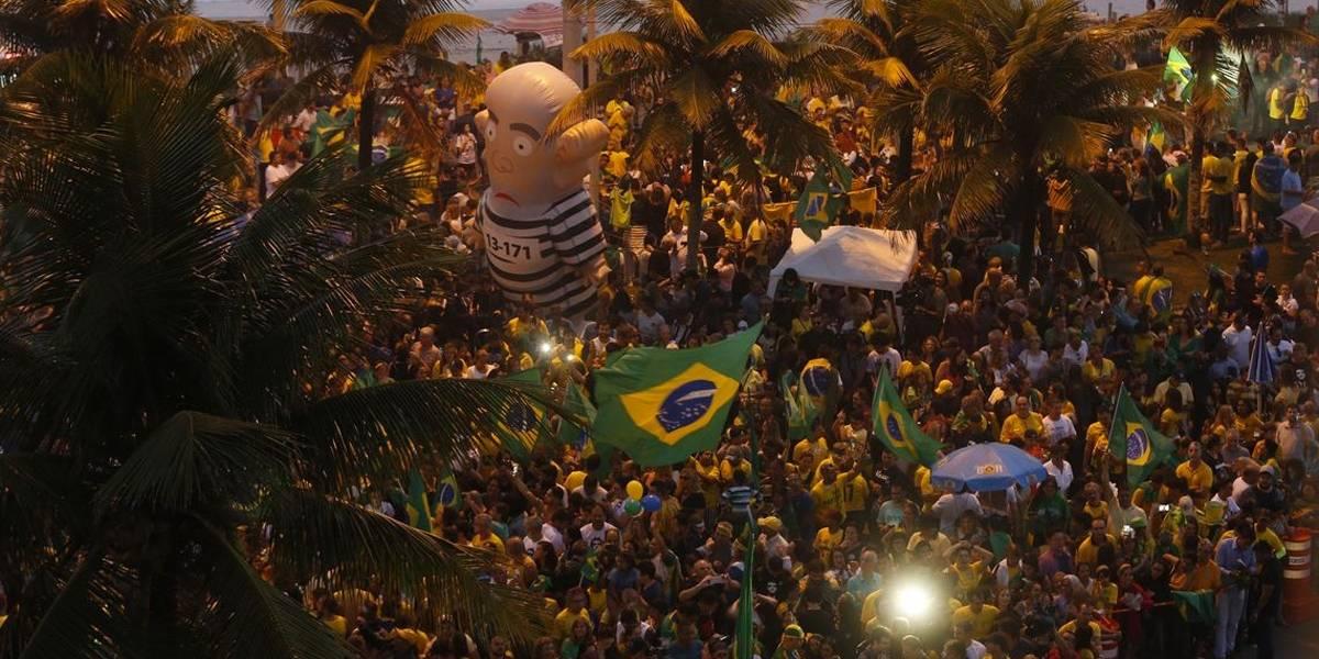Resultado é comemorado com festa e fogos em frente à casa de Bolsonaro