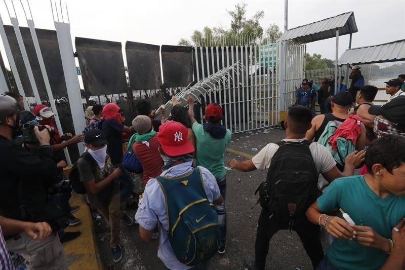 Hondureños se enfrentan a policías mexicanos. Foto: EFE