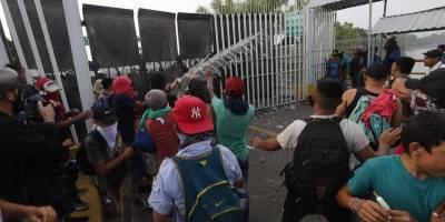 Hondureños se enfrentan a policías mexicanos.