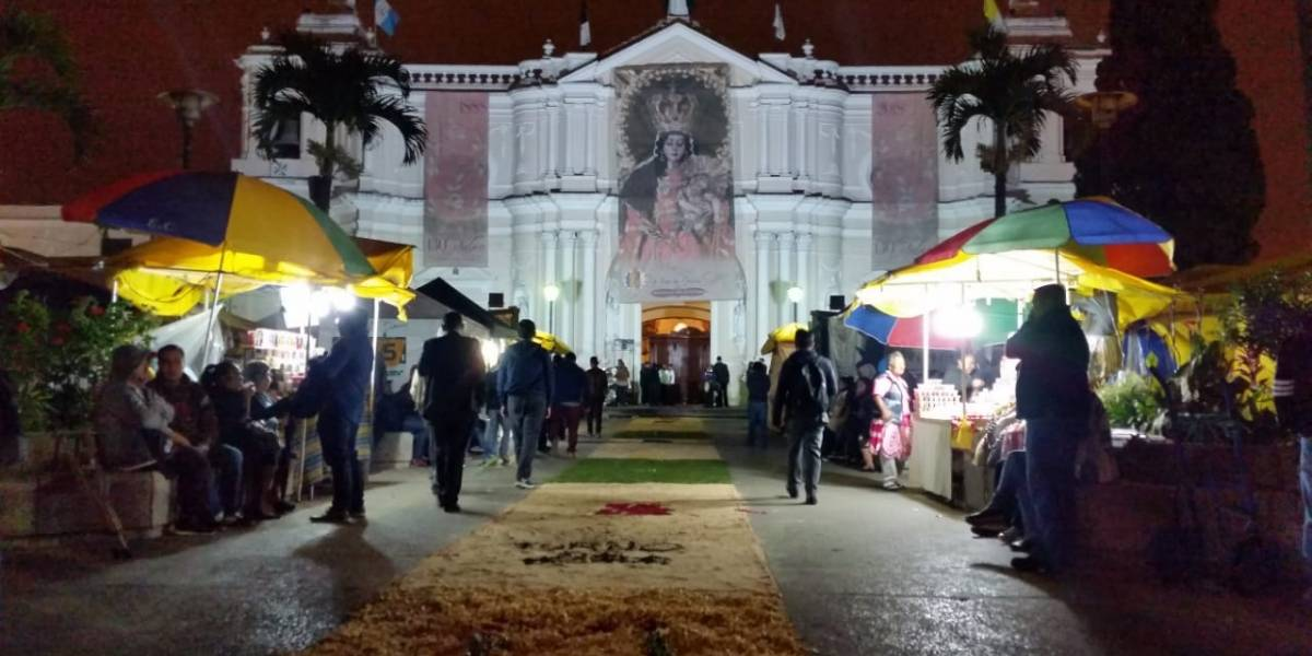 La festiva procesión del Rosario de la Aurora recorrió el Barrio Gerona