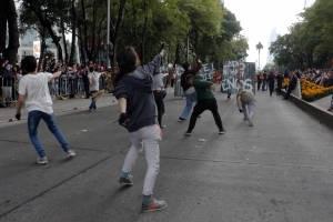 De este lado del muro también hay sueños: el performance del desfile a favor de los migrantes