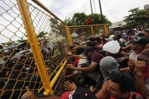 Migrantes rompen valla de seguridad entre Guatemala y México