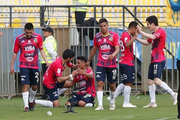 Óscar Salinas recibie los festejos de sus compañeros de Everton tras anotar el gol que selló el importante triunfo / Foto: Photosport