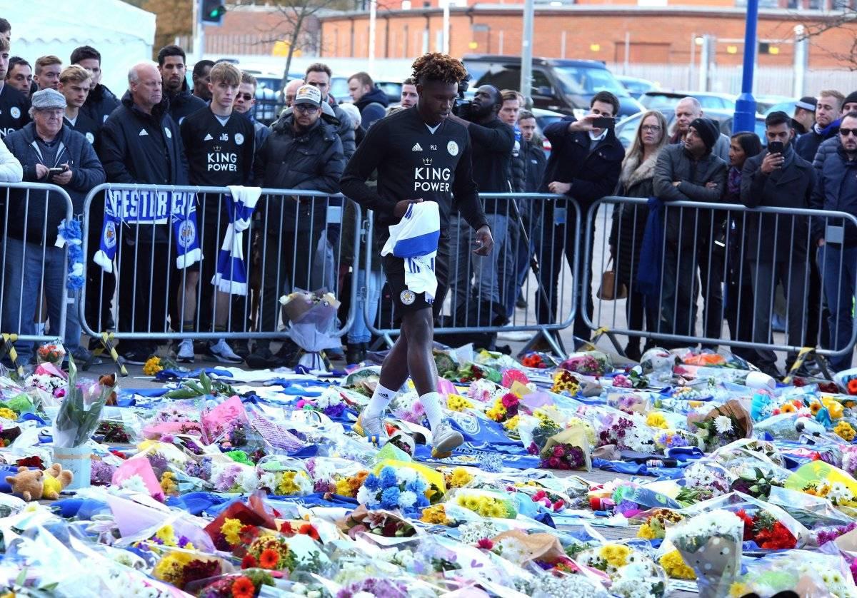 jugadores del Leicester City rindieron homenaje este lunes al presidente del equipo. La mujer del presidente, Aimon, y su hijo, Aiyawat, que además es vicepresidente del equipo, se unieron al acto