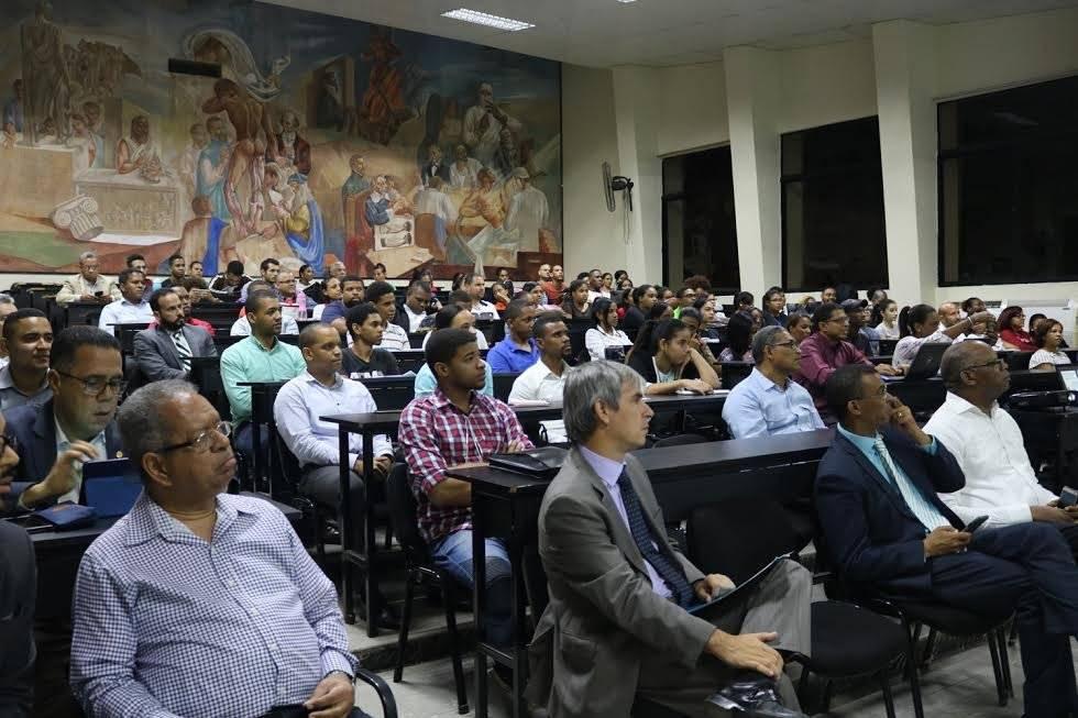 Público de la conferencia, auditorio de la UASD