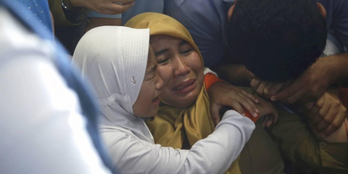 Escenas de dolor en Indonesia: la tensa y desoladora espera de familiares y amigos de pasajeros del Lion Air que se estrelló en pleno mar
