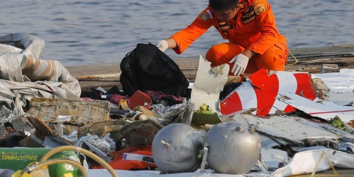 Las impactantes imágenes de los restos del avión que se estrelló en pleno mar de Indonesia
