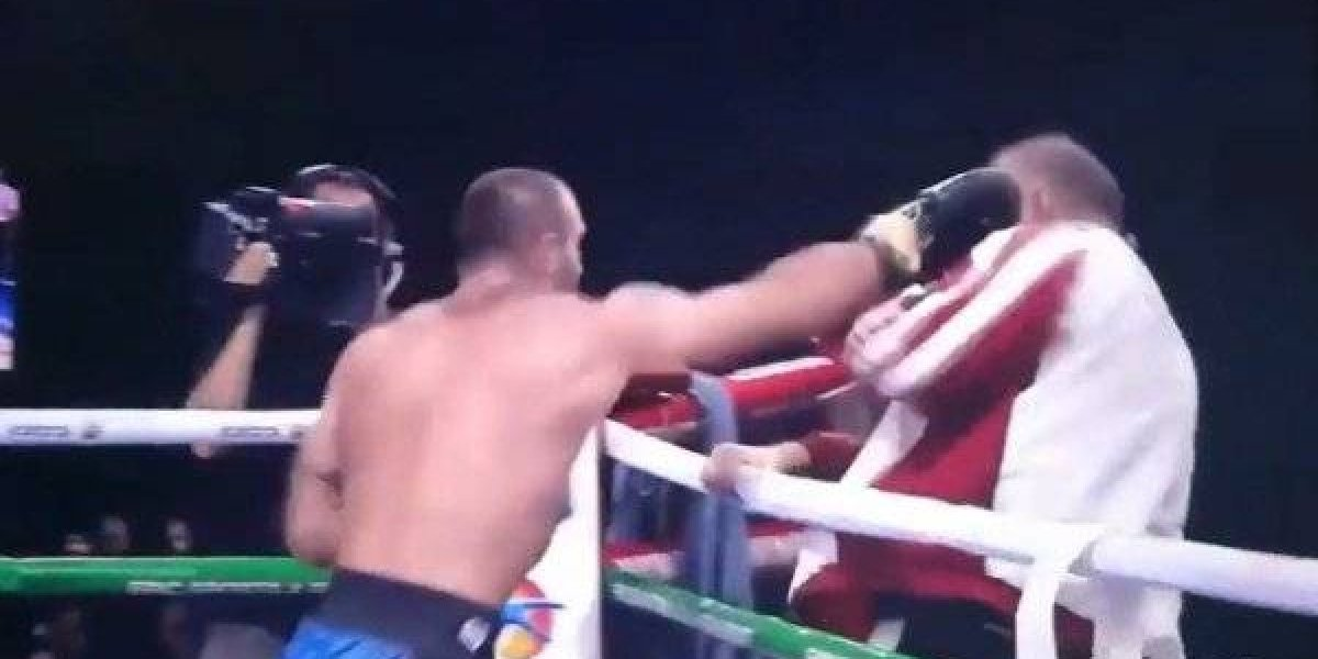 Boxeador golpea a su entrenador después de perder una pelea