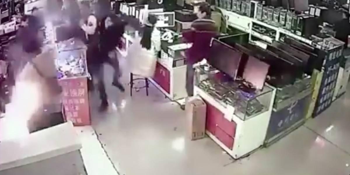 Video: Joven en Vietnam mordió un iPhone y le explotó en la cara
