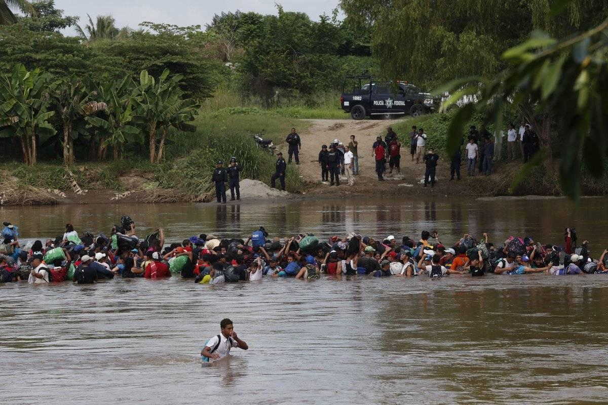 Caravana de migrantes cruza río Suchiate Foto: EFE