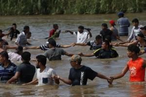 Caravana de migrantes cruza río Suchiate