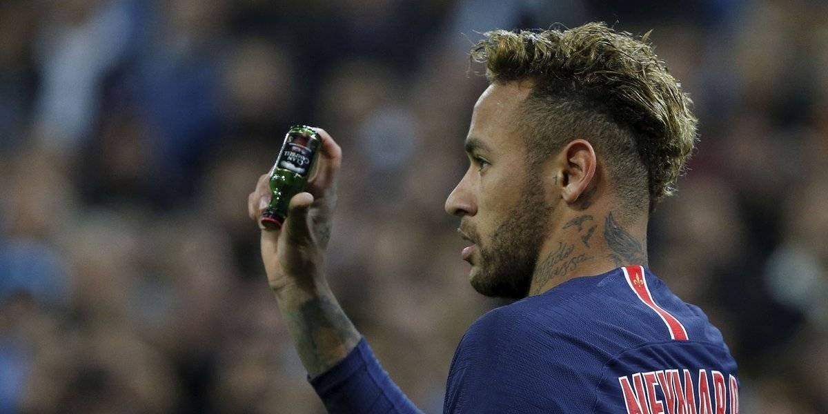VIDEO: Aficionados lanzan botellas a Neymar en el Clásico de Francia