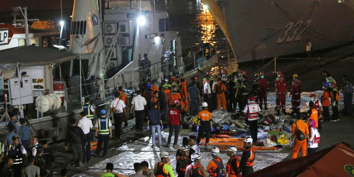 No hay rastro de vida de los 188 pasajeros del avión estrellado en Indonesia