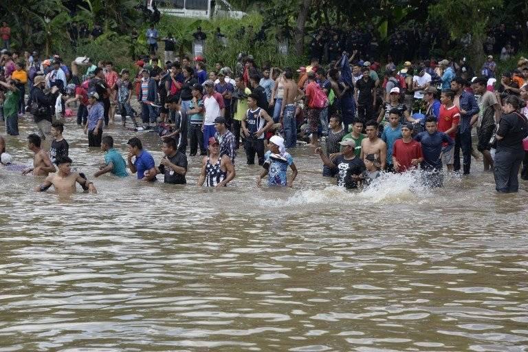 Centenares de migrantes hondureños se lanzan a río fronterizo e ingresan a México