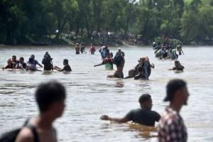 Centenares de migrantes hondureños se lanzan a río fronterizo e ingresan a México.