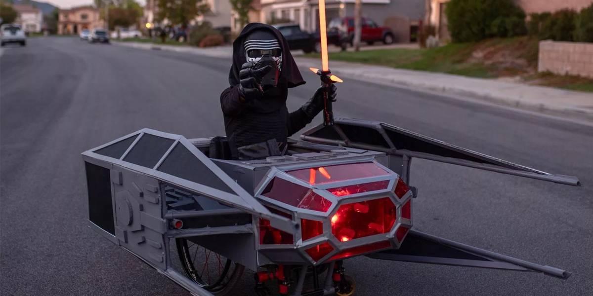 Niño en silla de ruedas conquista Halloween con disfraz de Star Wars