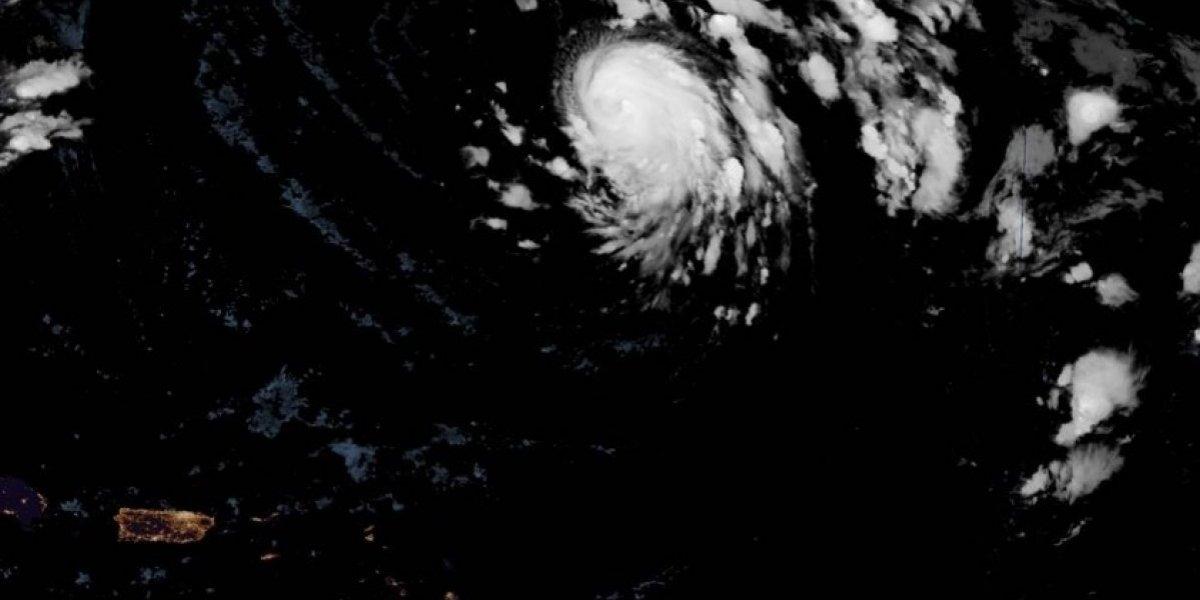 Huracán Oscar gana poca fuerza en el Atlántico